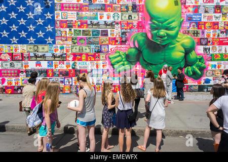 Passant bewundern das neue Wandbild durch renommierte Streetart-Künstler Ron English auf dem neuen Bowery Wandgemälde - Stockfoto