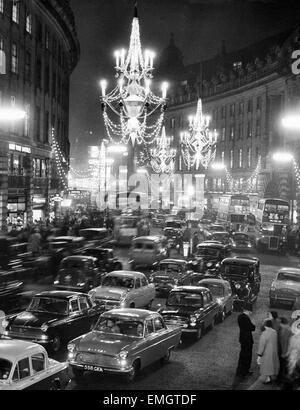 Regent Street voller Verkehr, wie neue Weihnachtsbeleuchtung in Form von Kronleuchter hängen von der Mitte der Straße - Stockfoto