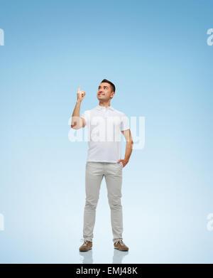 lächelnd Mann Zeigefinger oben - Stockfoto