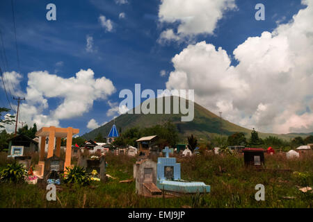Friedhof unter Mount Lokon, Nord-Sulawesi, Indonesien. - Stockfoto