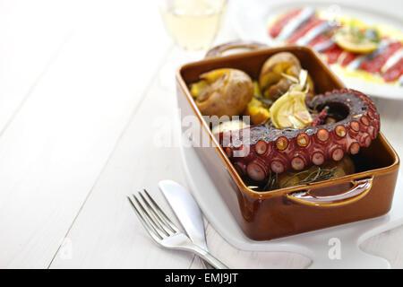 Gegrillter Tintenfisch mit Kartoffeln, Polvo ein Lagareiro com Batata ein Murro, portugiesische Küche - Stockfoto