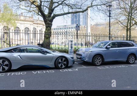 Elektroautos laden im Stadtzentrum von Birmingham - Stockfoto