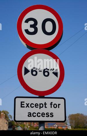 30 Meilen pro Stunde Geschwindigkeit zu signieren, breite Beschränkung, mit Ausnahme von Zugang, Schild, England - Stockfoto