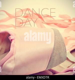 Nahaufnahme von ein paar klassische rosa Spitzenschuhe und die Text-Tanztag mit einem Retro-Effekt - Stockfoto