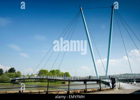 Großbritannien, England, Lancashire, Lancaster, Millennium Fußgängerbrücke überqueren Fluß Lune - Stockfoto