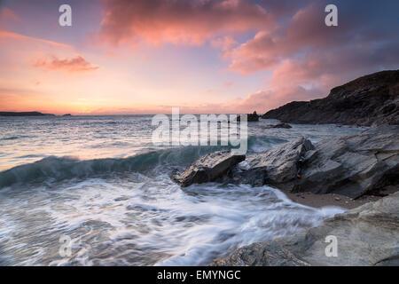 Sonnenuntergang an einem steinigen Strand am kleinen Fistral in Newquay in Cornwall - Stockfoto