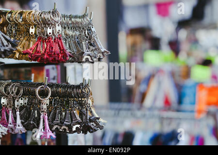 Nippes Eiffel Turm im Souvenir-Shop in Paris, Frankreich - Stockfoto