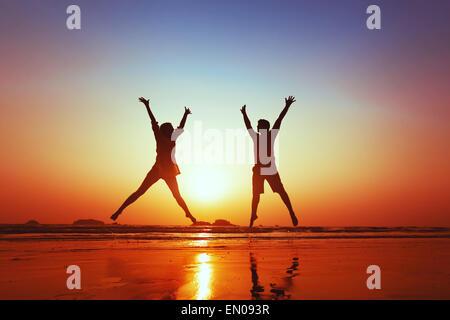 Flitterwochen der glückliche junge Familie am Strand