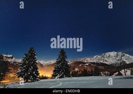 schöne Weihnachten Landschaft mit Nacht-Sternen im blauen Winterhimmel - Stockfoto