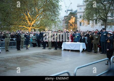 London, UK. 25. April 2015. Würdenträger schließe dich Tausenden in den ANZAC Day Dawn Dienst am Wellington Arch - Stockfoto