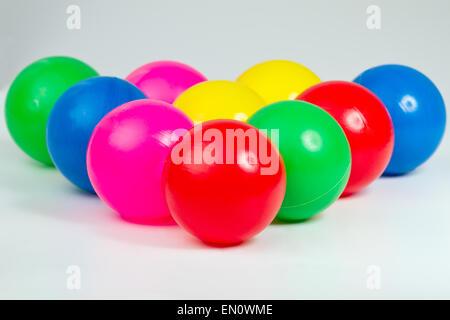 Eine Reihe von bunten Plastikbällen - Stockfoto