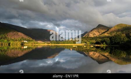 Am späten Abendlicht fängt Llyn Padarn und Dolbadarn Burg, Llanberis, Snowdonia-Nationalpark, Wales, Europa - Stockfoto
