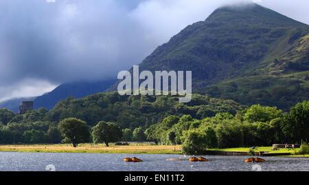 Llyn Padarn und Dolbadarn Burg, Llanberis, Snowdonia National Park, Wales, Europa - Stockfoto