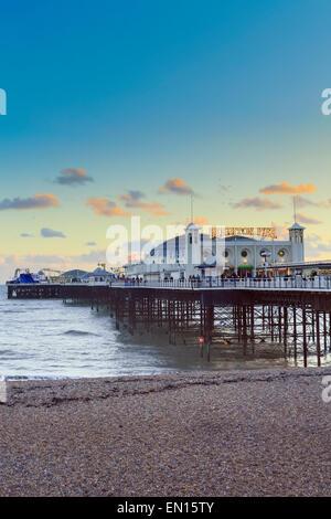 Europa, Großbritannien, England, East Sussex, Brighton, Brighton Pier und Strand Palace Pier, Baujahr 1899, Küstenlinie in der Abenddämmerung