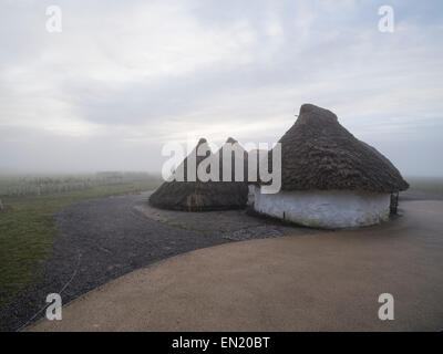 Traditionelle Behausungen (Rekonstruktion) in Stonehenge, Wiltshire, England. UNESCO-Weltkulturerbe. - Stockfoto