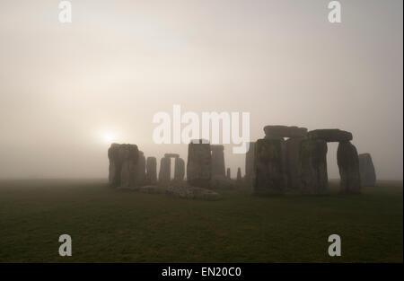 Dämmerung und Nebel in Stonehenge, prähistorische Monument von stehenden Steinen, Wiltshire, England. UNESCO-Weltkulturerbe.