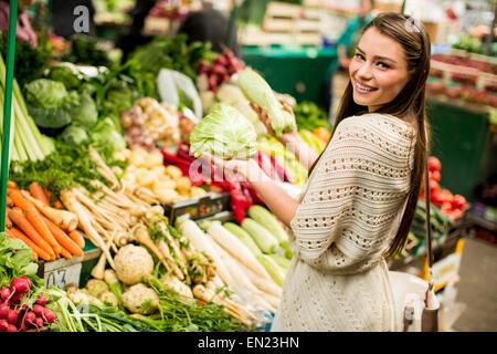 Junge Frau auf dem Markt - Stockfoto