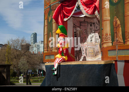 Liverpool, Merseyside, UK, 26. April 2015. Punch & Judy betrieben von 'Professor' David Wildes, von London an das - Stockfoto