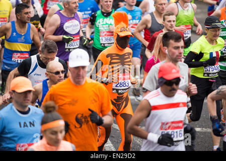 London, UK. 26. April 2015. Virgin Money London Marathon 2015, Shooters Hill Road Credit: Lucia Hrda/Alamy Live - Stockfoto