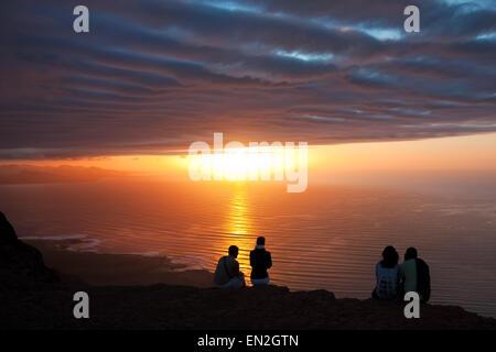Lanzarote, hinterleuchtete Menschen bei Sonnenuntergang - Stockfoto