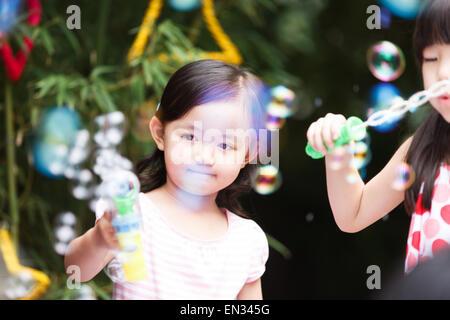 Niedliche kleine Mädchen draußen spielen - Stockfoto