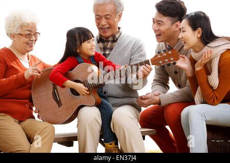 Glückliche Familie im freien Gitarre spielen - Stockfoto
