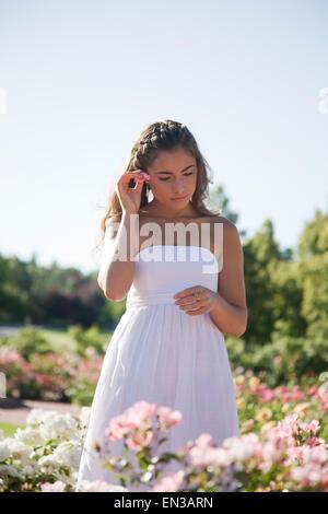 USA, Utah, Lehi, Teenager-Mädchen (16-17) im Garten - Stockfoto