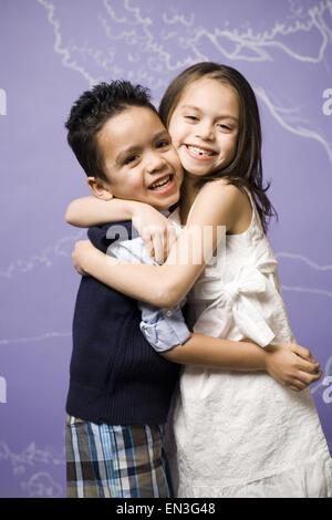 Junge Mädchen und jungen umarmt - Stockfoto