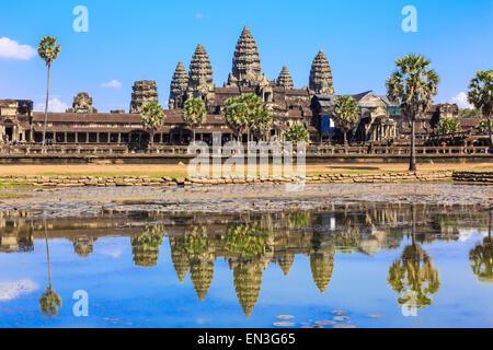 Antike Tempel Angkor Wat aus über den See. Das größte religiöse Bauwerk der Welt. Siem Reap, Kambodscha - Stockfoto