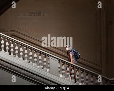 Frankreich, Paris, junge Paare, die auf Schritte im Louvre - Stockfoto