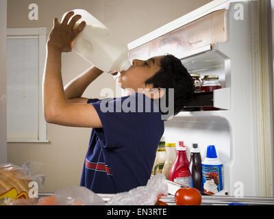 Kühlschrank Krug : Junge konsummilch aus krug und verschütten auf gesicht stockfoto