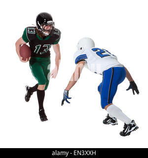 Zwei männliche Spieler des American Football kämpfen für Ball, Studio gedreht - Stockfoto