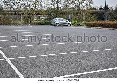 Im Besitz eines einzigen Autos in einem großen Rat Parkplatz in Huntingdon, Cambridgeshire