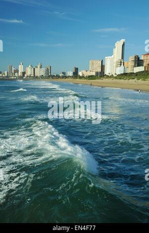 Durban, KwaZulu-Natal, Südafrika, Wellen am Strand brechen, Golden Mile Waterfront, Landschaft, Gebäude, Skyline, - Stockfoto