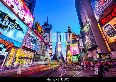 New York City, USA in Times Square Gedränge und Verkehr in der Nacht. - Stockfoto
