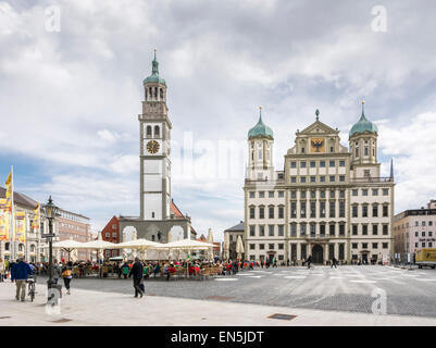 AUGSBURG, Deutschland - APRIL 11: Touristen am Rathausplatz in Augsburg, Deutschland am 11. April 2015. - Stockfoto