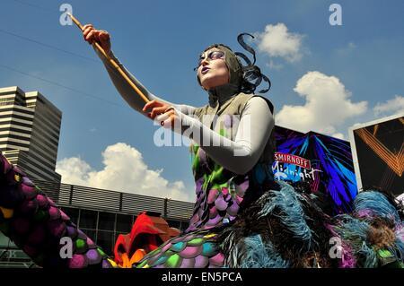 Bangkok, Thailand: Frau auf einer riesigen Strauß Marionette unterhält Massen während der Kinder Tag feiern - Stockfoto