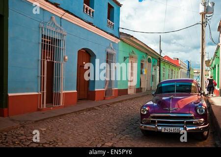 Horizontale Streetview mit einem Oldtimer Chevrolet in Trinidad, Kuba - Stockfoto