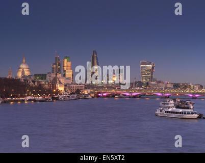 City of London und die Themse von Waterloo Bridge gesehen klar Sonnenuntergang Dämmerung London UK - Stockfoto