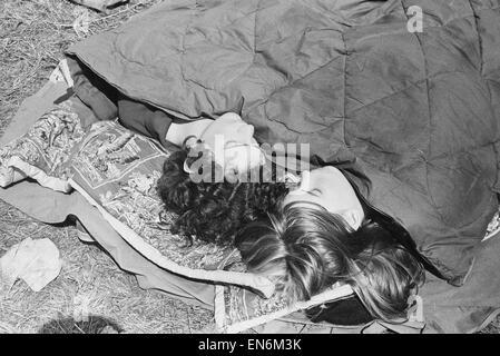 Lesung Pop Festival. Junge Besucher bekommen ein paar Minuten Pause zwischen den Bands zu beobachten. 26. Juni 1971. - Stockfoto