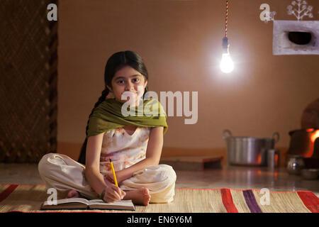 Porträt des ländlichen Mädchen studieren in der Nacht - Stockfoto