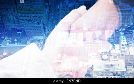 Zusammengesetztes Bild von Close Up auf neue Partner, die Hände schütteln - Stockfoto