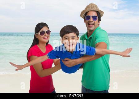 Mutter und Vater Sohn schwingen - Stockfoto