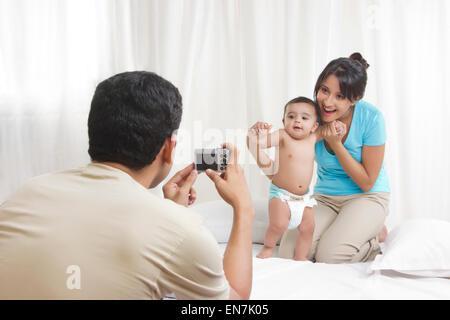 Vater unter Bild von Mutter und baby - Stockfoto