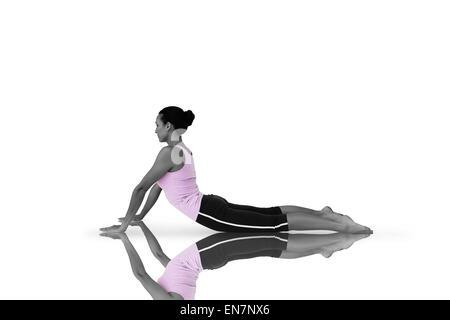Zusammengesetztes Bild der Seitenansicht einer Fit junge Frau tut die Kobra-pose - Stockfoto