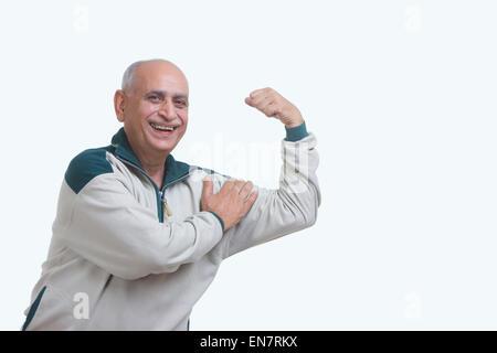 Porträt des alten Mannes beugen Muskel - Stockfoto