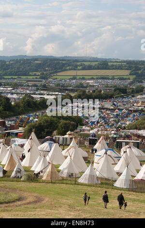 GLASTONBURY, UK - 28 Juni: Familie gehen in Richtung Tipi-Zelte beim Glastonbury Festival am 28. Juni 2014 bei Pilton - Stockfoto