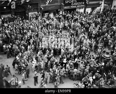 VE Day Feierlichkeiten in London am Ende des zweiten Weltkriegs. Riesige Menschenmengen versammelten sich um Piccadilly - Stockfoto