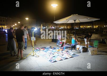 Menschen zu Fuß auf der Promenade und sightseeing Erinnerungsbilder angezeigt auf dem Boden in Rovinj, Kroatien - Stockfoto