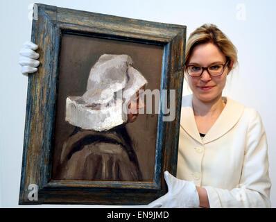 """Ein Mitarbeiter des deutschen Auktionshauses Villa Griesbach ein Gemälde präsentiert berechtigt """"Kopf einer ländlichen - Stockfoto"""